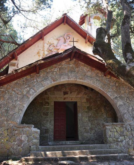 Kirche neben dem Haus