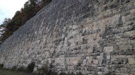 ehemalige Stützmauer von der Bergauffahrbahn zur Bergabfahrbahn