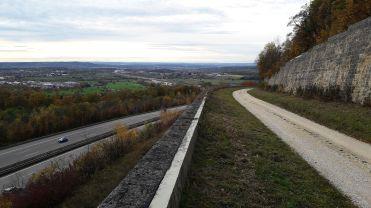 oben alte Fahrbahn bergauf Richtung Ulm Unten heutiger Streckenabschnitt