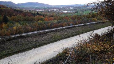 Alte Fahrbahn bergauf !Im Hintergrund Weilheim